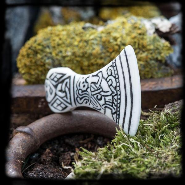 Kostený prívesok Vikingská sekera